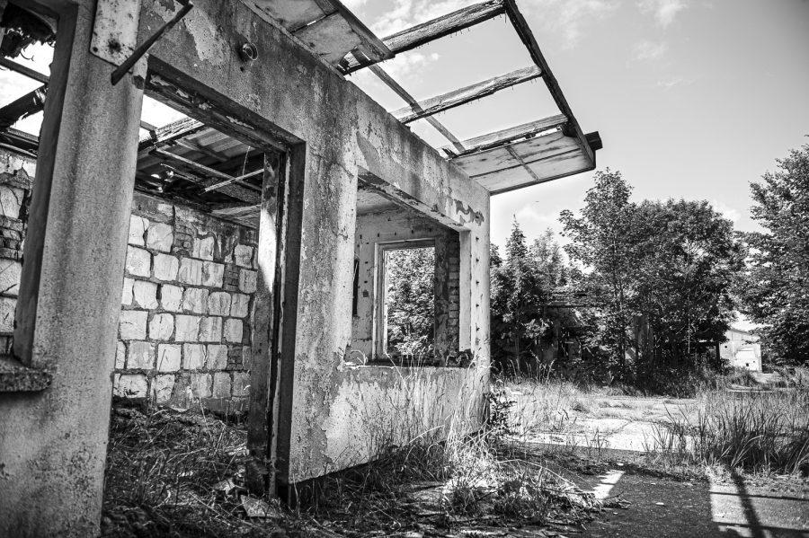 Schwarzweiß-Foto vom Lost Place alte Fabrik auf Rügen (Copyright Björn Schwentker)